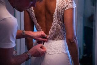 Essayage d'une robe de mariée sur-mesure chez les créateur Thom De Corbie.
